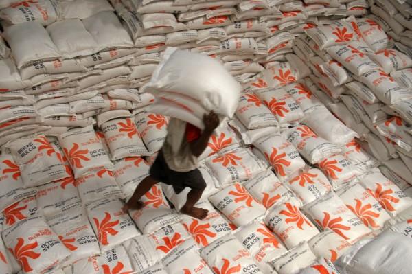 Seorang buruh panggul melakukan bongkar muat beras untuk rakyat miskin (Raskin) di gudang Bulog Sub Divre V Kediri, Jawa Timur