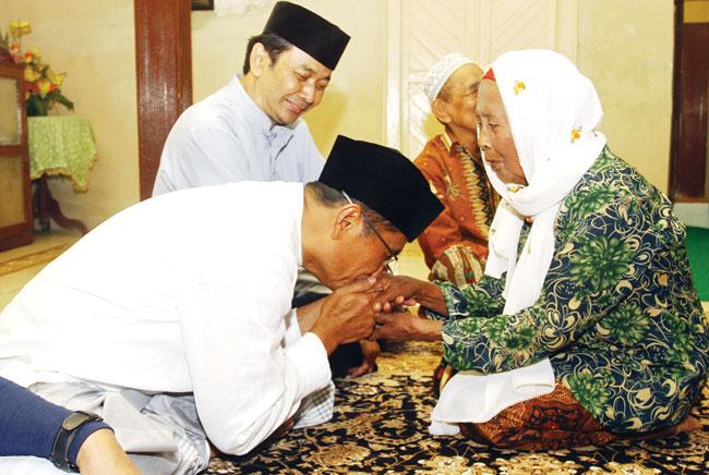 Dahlan Iskan - kenalkan-tradisi-suami-sungkem-istri