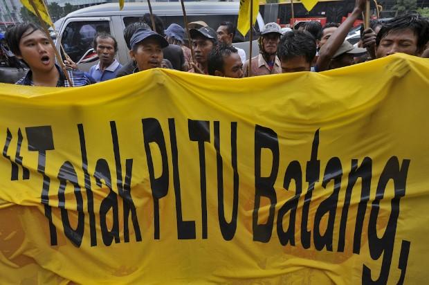 Warga Batang yang tergabung dalam Paguyuban Rakyat Batang Berjuang Untuk Konservasi berunjuk rasa menolak pembangunan PLTU Batang Jawa Tengah di Kedubes Jepang, Jakarta, Senin (22/7).